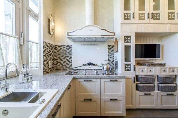 фартук из плитки-мозаики в интерьере кухни