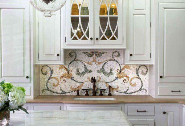 мозаичный фартук с панно в интерьере кухни
