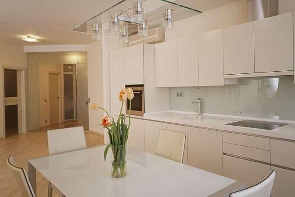 белый фартук в интерьере кухни