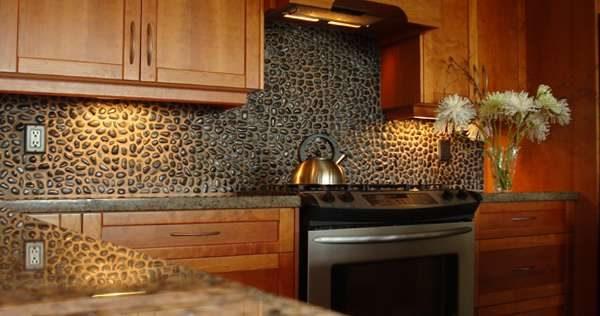 фартук из камешков в интерьере кухни