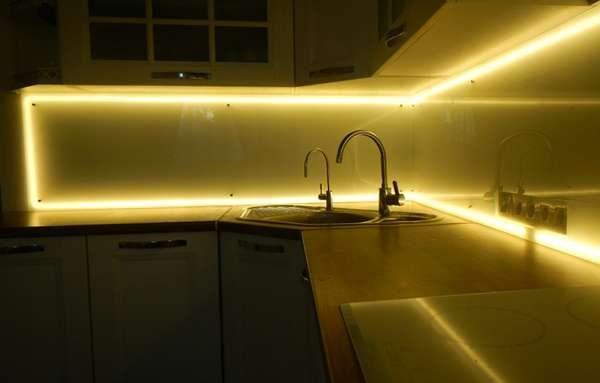 фартук с подсветкой в интерьере кухни