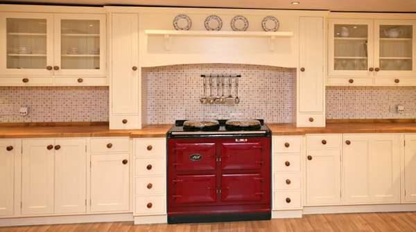 мозаичный бежевый фартук в интерьере кухни