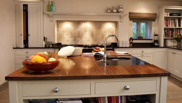 фартук из бежевой плитки в интерьере кухни