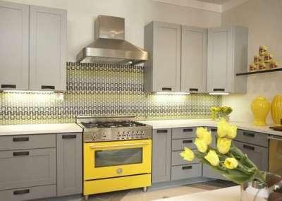 серо-жёлтый фартук в интерьере кухни