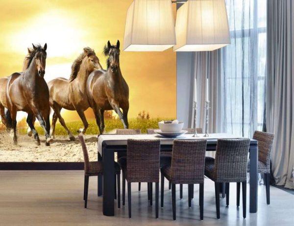 3д фотообои возле обеденной зоны с лошадьми