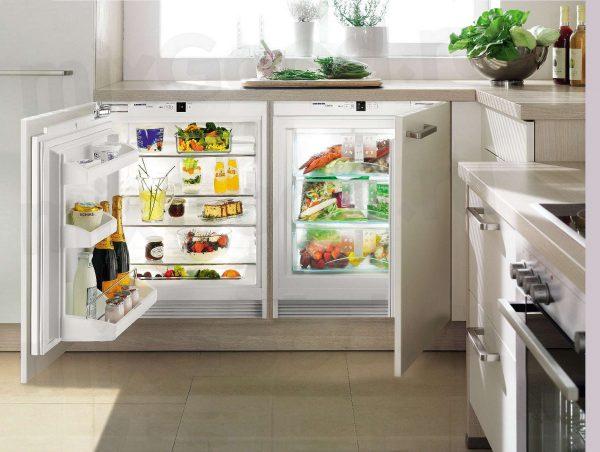 встроенный холодильник под окном
