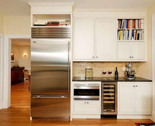 Холодильник в нише маленькой кухни
