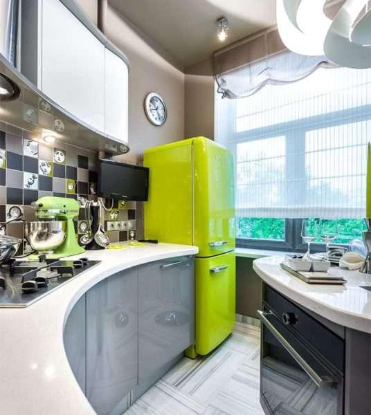 холодильник зелёный на маленькой кухне