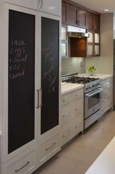 стильный встроенный холодильник на маленькой кухне