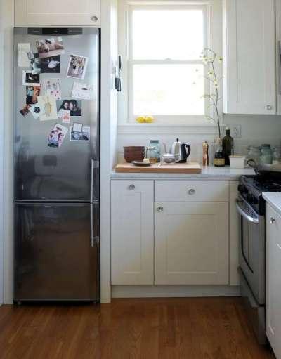 холодильник в нише на маленькой кухне у окна
