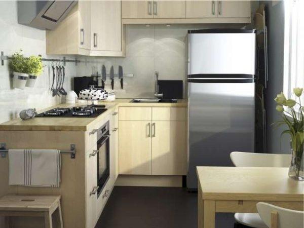 Холодильник на угловой маленькой кухне