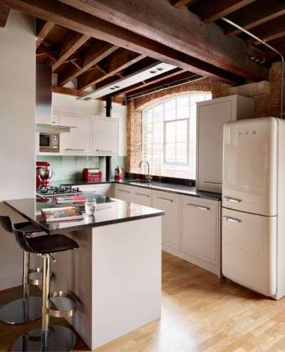 холодильник белый на маленькой кухне