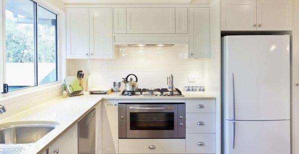 холодильник в нише на маленькой кухне