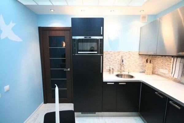 встроенный в гарнитур холодильник на маленькой кухне