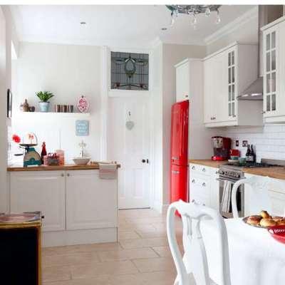 яркий красный холодильник на маленькой кухне
