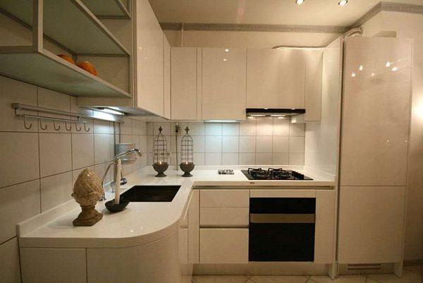 бежевый холодильник на маленькой кухне