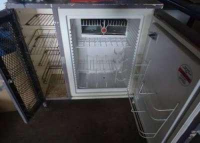 Холодильник под окном на маленькой кухне