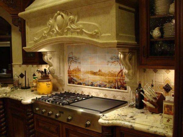 мощная вытяжка с декором на кухне в итальянском стиле