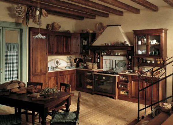 потолочные балки на кухне в итальянском стиле