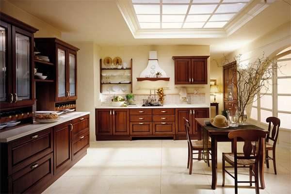 кухонный гарнитур из дерева на кухне в итальянском стиле