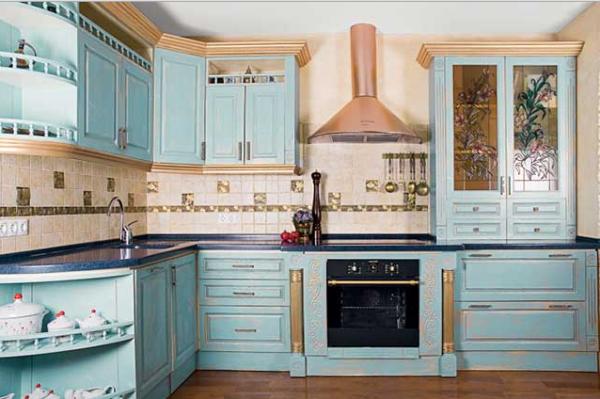 голубой и бежевый на кухне в итальянском стиле