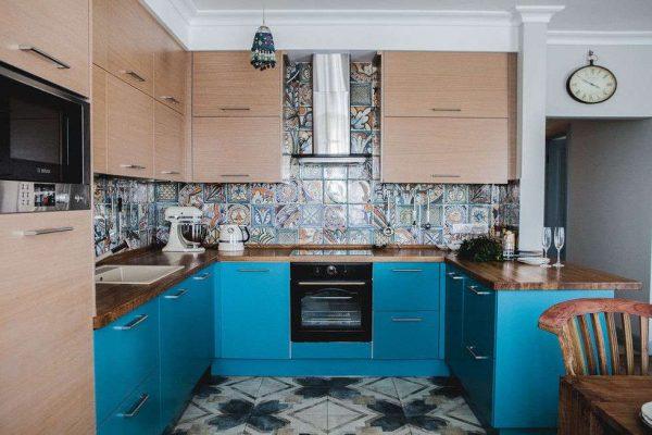 прямоугольная плитка на стене кухни
