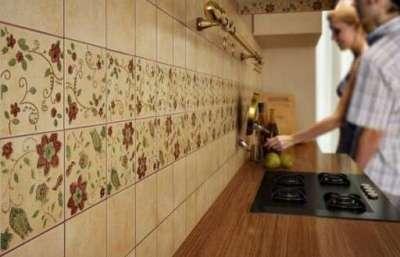 сочетание кафеля с рисунком и однотонного на стене кухни