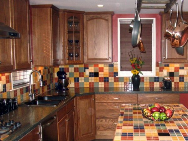 столешница и кафель на кухне из плитки