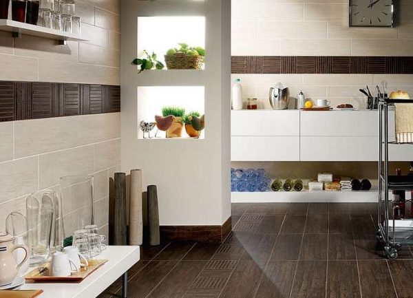 кафель на стенах и полу кухни