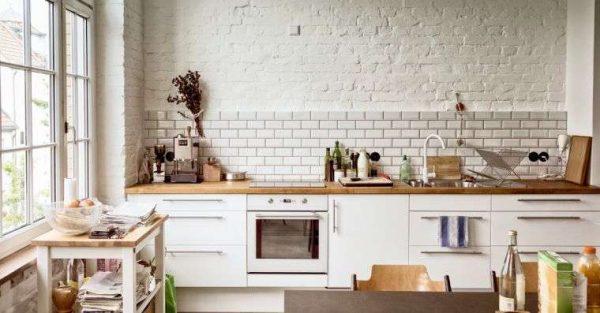 белый фартук на кухне из кафеля