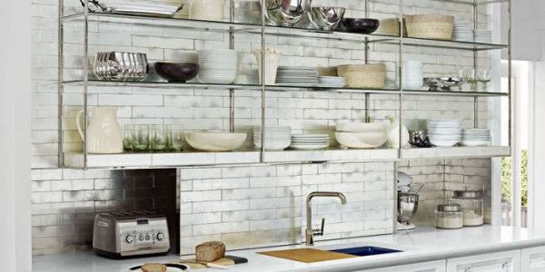кафель на стене кухни с открытыми полками