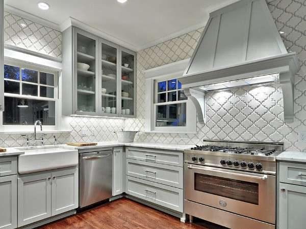 фигурный кафель на стенах кухни