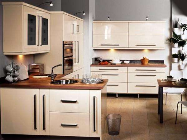 керамогранит на полу кухни цвета кофе с молоком с глянцевыми фасадами