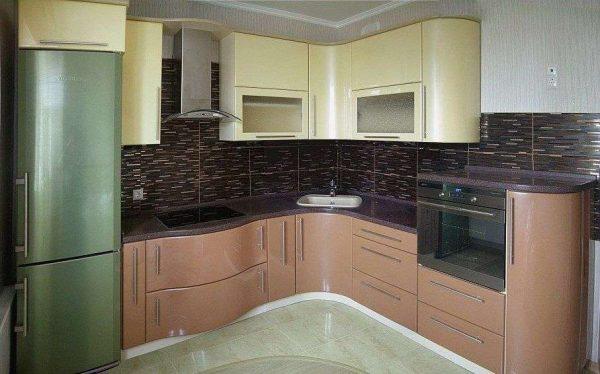 угловая кухня цвета кофе с молоком с глянцевыми фасадами