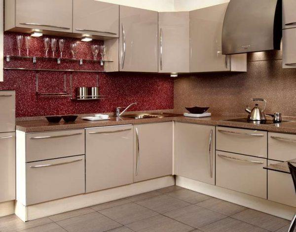 мозаичный красный фартук на кухне цвета кофе с молоком с глянцевыми фасадами