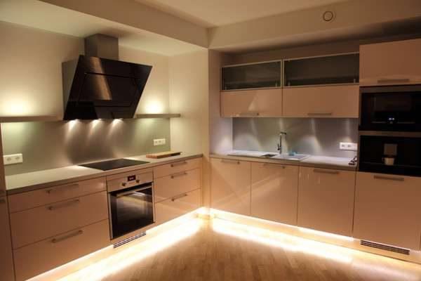 угловая кухня цвета кофе с молоком с глянцевыми фасадами с вытяжкой