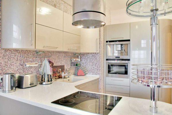 светлая кухня цвета кофе с молоком с глянцевыми фасадами