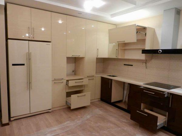 кухня до потолка цвета кофе с молоком с глянцевыми фасадами