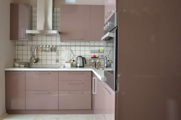 угловая кухня кофе с молоком с глянцевыми фасадами и вытяжкой открытой