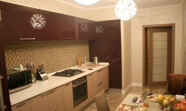 кухня цвета кофе с молоком с глянцевыми фасадами с шоколадным верхом