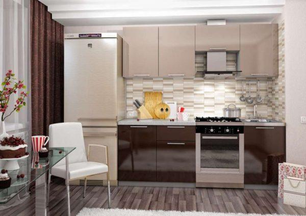 кухня цвета кофе с молоком с глянцевыми фасадами с холодильником и шторами