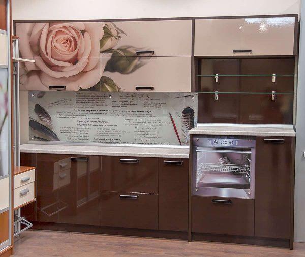 кухня цвета кофе с молоком с розой на глянцевых фасадах