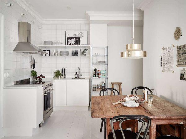 Г-образная белая кухня без верхних шкафов