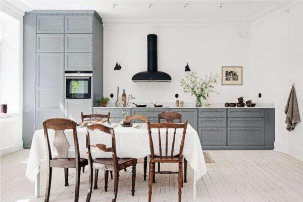 серая кухня со шкафом колоной