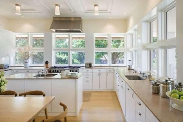 кухня с рабочей зоной у окна без верхних шкафов