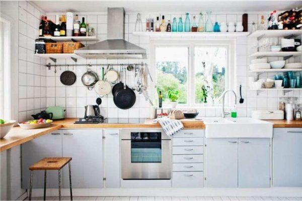 кухня без верхних шкафов с открытыми полками