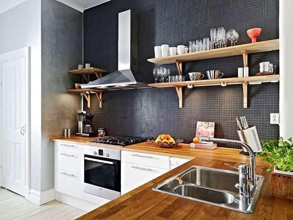 кухня без верхних шкафов с тёмным фартуком