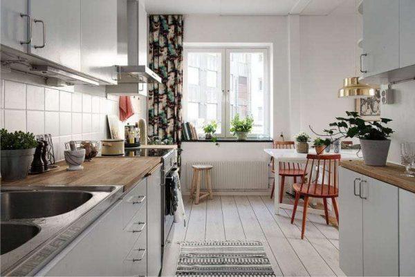 кухонный гарнитур двухрядный в светлых тонах