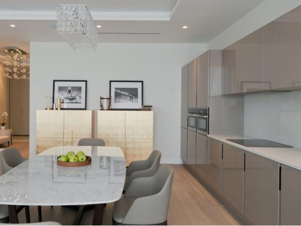 серый кухонный гарнитур в минималистическом стиле