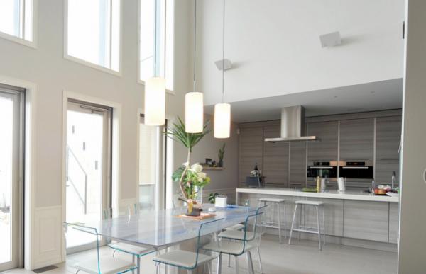 белый кухонный гарнитур в стиле минимализм